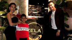Georgina Rodríguez, Cristiano Junior y Cristiano Ronaldo en Londres. (@georginagio)