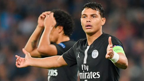 Thiago Silva protesta durante un partido de Champions League del PSG. (Getty)