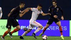 Ceballos controla el balón ante Croacia. (AFP)