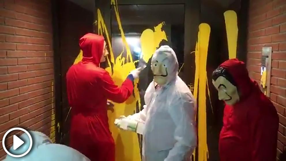Imagen del grupo de catalanes limpiando el portal de Llarena.