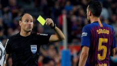 Mateu Lahoz enseña una tarjeta a Busquets en el Barcelona-Betis. (EFE)