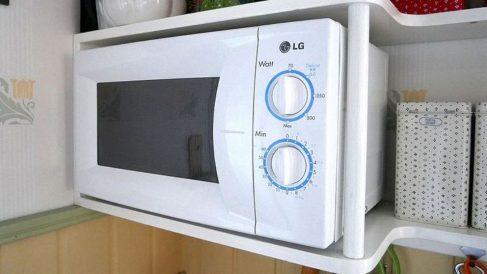 El microondas sirve para calentar y descongelar alimentos