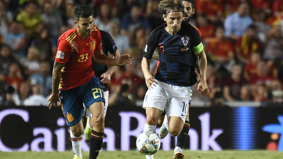 Modric y Ceballos disputan un balón en un partido reciente. (AFP)
