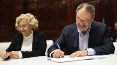 Manuela Carmena y el concejal de seguridad Javier Barbero. (Foto. Madrid)
