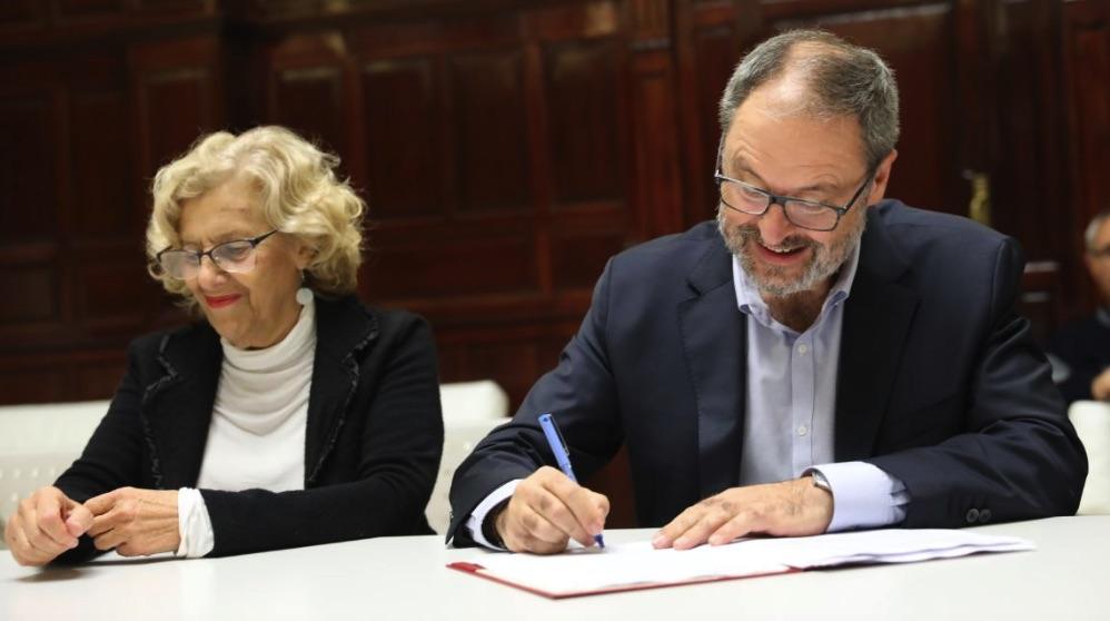 La ex alcaldesa, Manuela Carmena, y su edil de Salud, Javier Barbero. (Foto: Madrid)