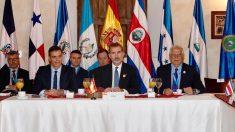 Pedro Sánchez, el Rey Felipe Vi y Josep Borrell en la Cumbre Iberoamericana. Foto: EP