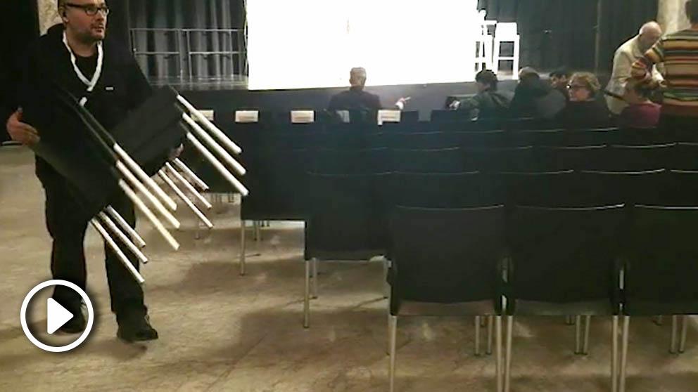 Recogen sillas en un acto de Podemos en Madrid por falta de público