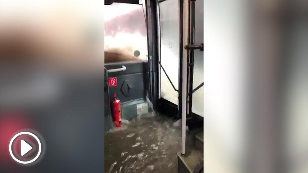 Un autobus circula en Valencia completamente inundado