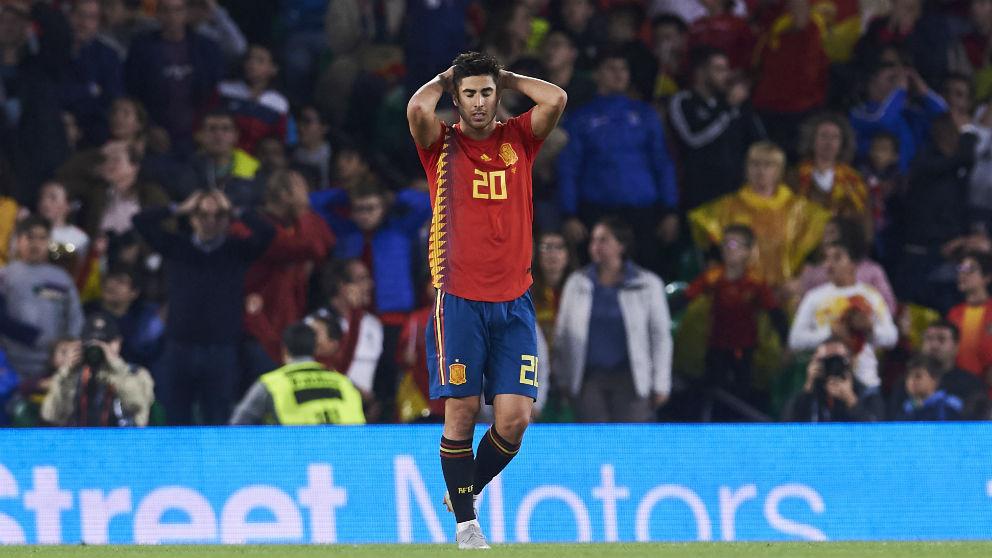Marco Asensio se lamenta por una ocasión fallada con la selección española. (Getty)