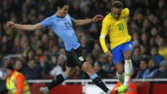 Edinson Cavani derriba a Neymar en el Brasil – Uruguay. (AFP)
