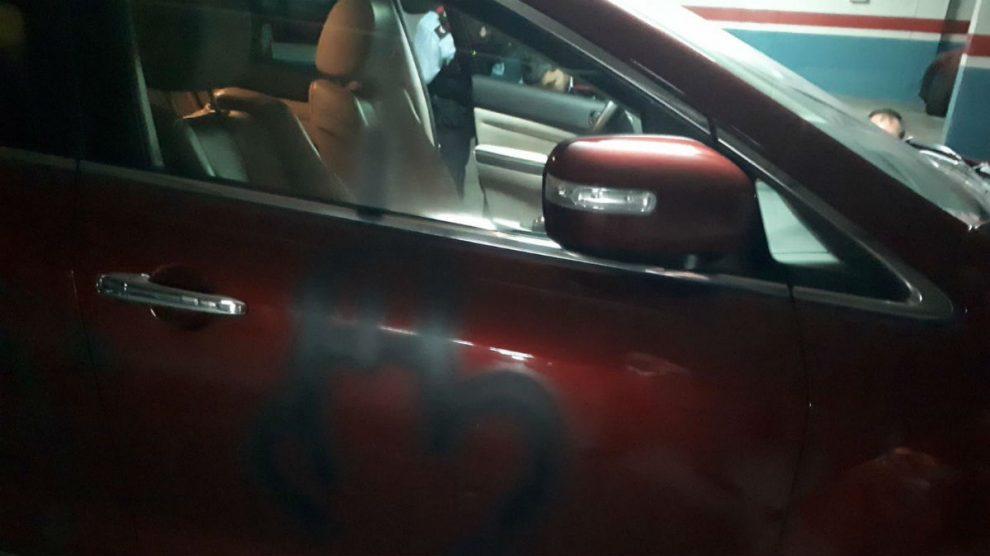 Así quedó el coche del líder del PP catalán tras el ataque de los independentistas.