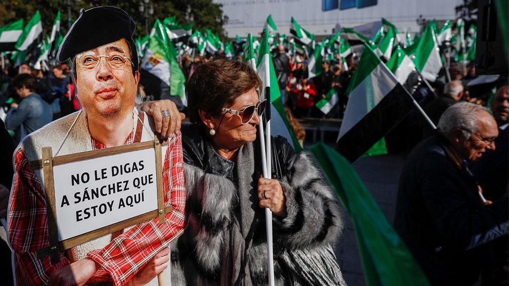 Una manifestante con una figura de Ferández Vara (Foto: EFE)