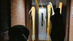Miembros de la organización juvenil Arran arrojan pintura contra la casa del juez Pablo Llarena.