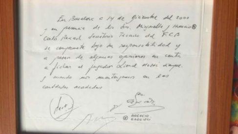 El 'primer contrato' de Leo Messi firmado en una servilleta. (Infobae)