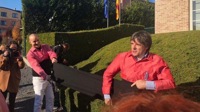 El 'duro exilio' de Puigdemont: se pone a hacer de 'casteller' en Waterloo mientras su gobierno está en la cárcel