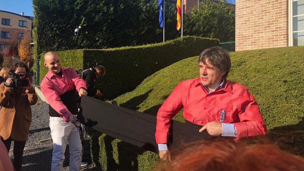 Carles Puigdemont haciendo de casteller en Waterloo.