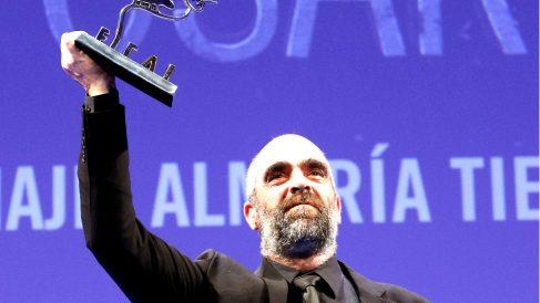 Luis Tosar con el premio (Foto: EFE).