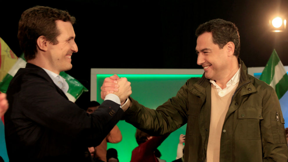 El presidente del PP, Pablo Casado (i), junto a su candidato a la Junta de Andalucía, Juanma Moreno, en Algeciras. (Foto: Efe)