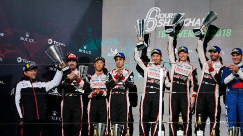 Los pilotos de Toyota, en el podio. (@Toyota_Hybrid)