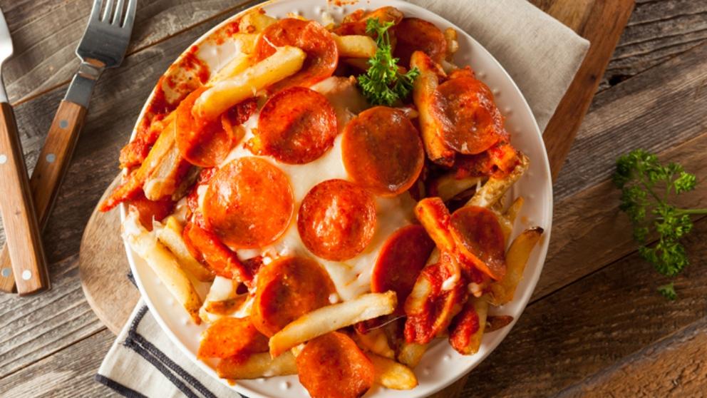 Receta de pizza de salami sobre lecho de patatas fritas