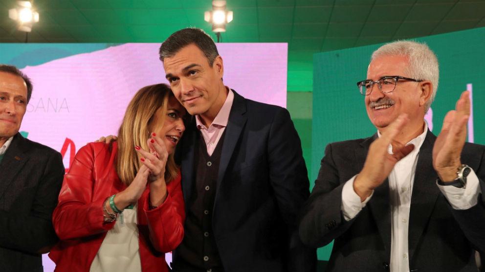 Pedro Sánchez (c), la ex presidenta de la Junta de Andalucia, Susana Díaz, y su ex vicepresidente, Manuel Jiménez Barrios, en Chiclana. (Foto: Efe)