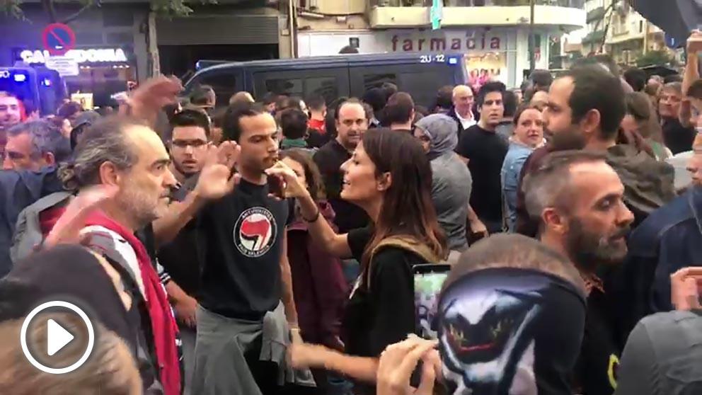 Matones agrediendo a la columnista de OKDIARIO Cristina Seguí al grito de «¡independencia!» el pasado 9 de octubre en Valencia.