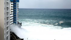 Imagen de las olas sobre un edificio (Foto: EFE).