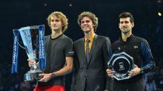 Zverev y Djokovic posan junto a Kuerten y sus respectivos trofeos. (AFP)