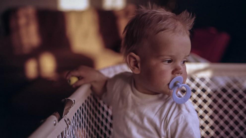 Chupar el chupete del bebé cuando se le ha caído es beneficioso para su salud