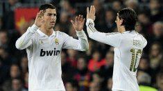 Cristiano Ronaldo y Mesut Özil celebran un gol con el Real Madrid. (AFP)