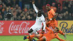 De Jong roba el balón a Kanté. (AFP)