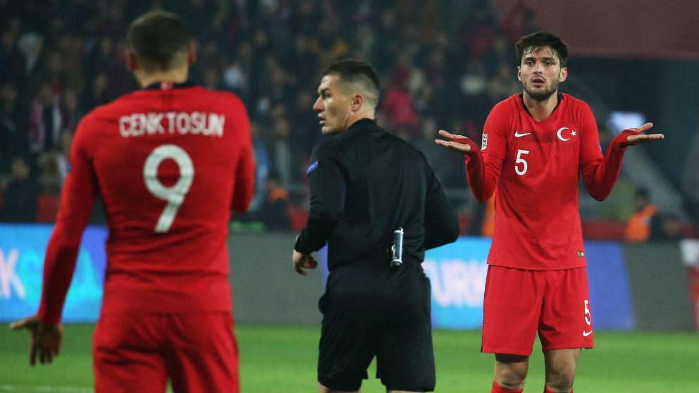 Los jugadores de Turquía protestan al árbitro. (AFP)