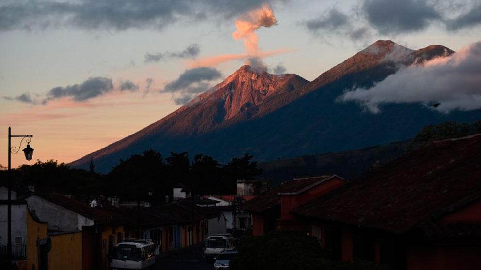 El volcán de Fuego en guatemala ha entrado en su quinta fase eruptiva del año provocando la alerta roja en las inmediaciones. Foto: AFP