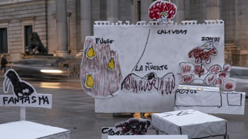 Dibujo a escala real de un niño víctima de abusos frente al Congreso. Foto: Europa Press