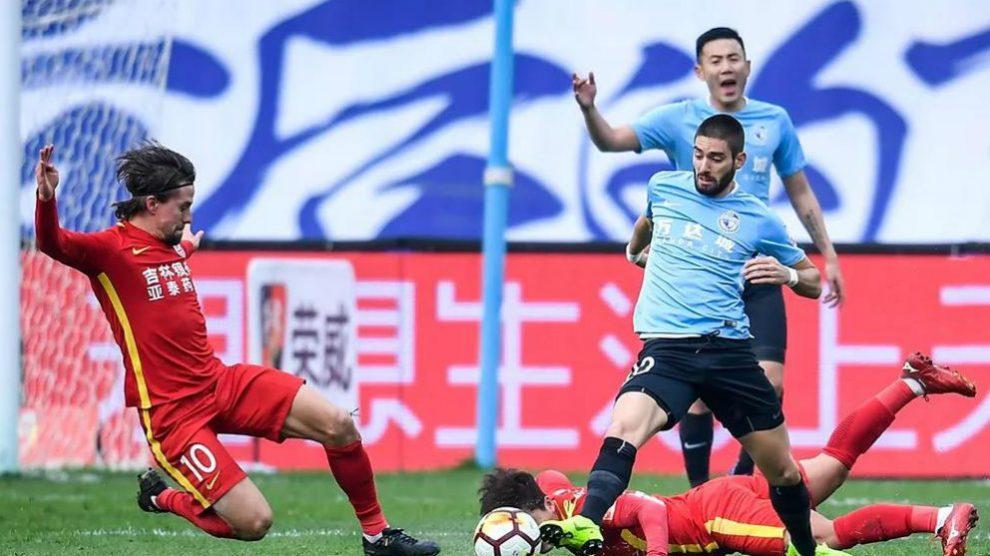 Carrasco durante un partido con el Dalian Yifang. (Foto: Dalian Yifang)