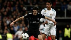 Edinson Cavani y Raphael Varane disputan un balón. (Getty)