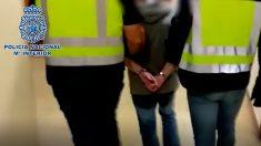 César Román, conocido como 'El rey del cachopo', escoltado por la Policía a su llegado al juzgado de Madrid. Foto: Policía