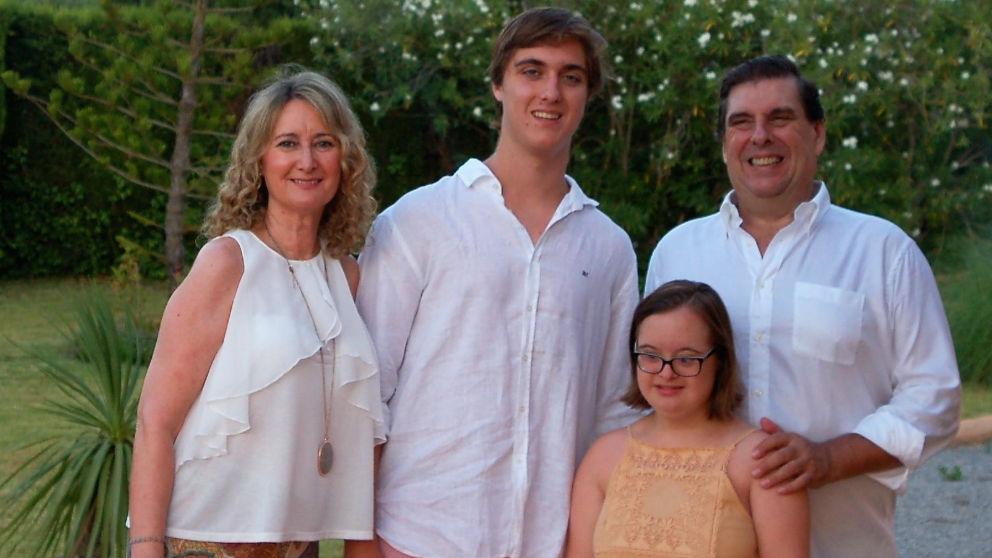 La joven con síndrome de down junto a su familia.