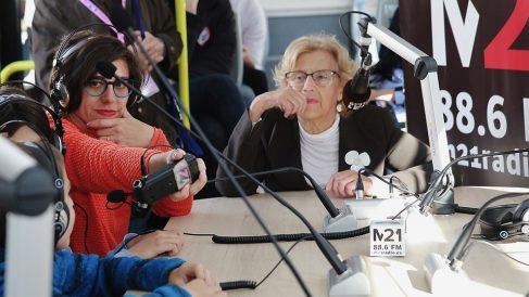 Manuela Carmena en el autobús de la radio emisora escuela M21. (Foto. Madrid)