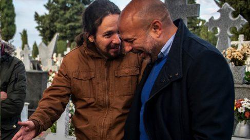 Pablo Iglesias y José García Molina en un cementerio. (Foto. Podemos)
