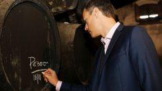 Pedro Sánchez firmando en un barril de vino. (Foto. PSOE)