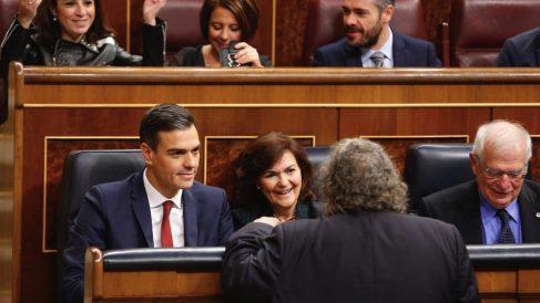 Pedro Sánchez hablando con Joan Tarda (ERC). (Foto. PSOE)