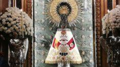 La Virgen del Pilar de Zaragoza con el manto de la Falange Española.