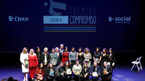 Fotografía de familia de los galardonados con los Premios Compromiso, que otorga Clece Social, por sus actuaciones sociales en la lucha contra la violencia de género, en un acto celebrado hoy en Madrid. (Foto: EFE/ Paolo Aguilar)
