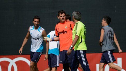 Casillas dialoga con Mourinho en un entrenamiento del Real Madrid. (Getty)