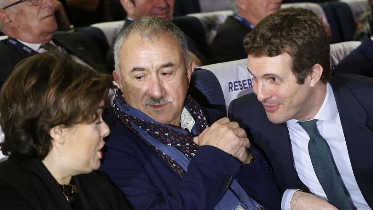 Soraya Saénz de Santamaría,iz., el secretario general de UGT, Pepe Álvarez, y el presidente del Partido Popular, Pablo Casado, conversan durante la Asamblea General Electoral de la CEOE (EFE).