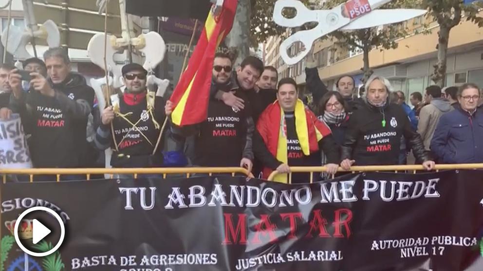 Funcionarios de prisiones y de la Policía protestan a la llegada de Pedro Sánchez a Valladolid