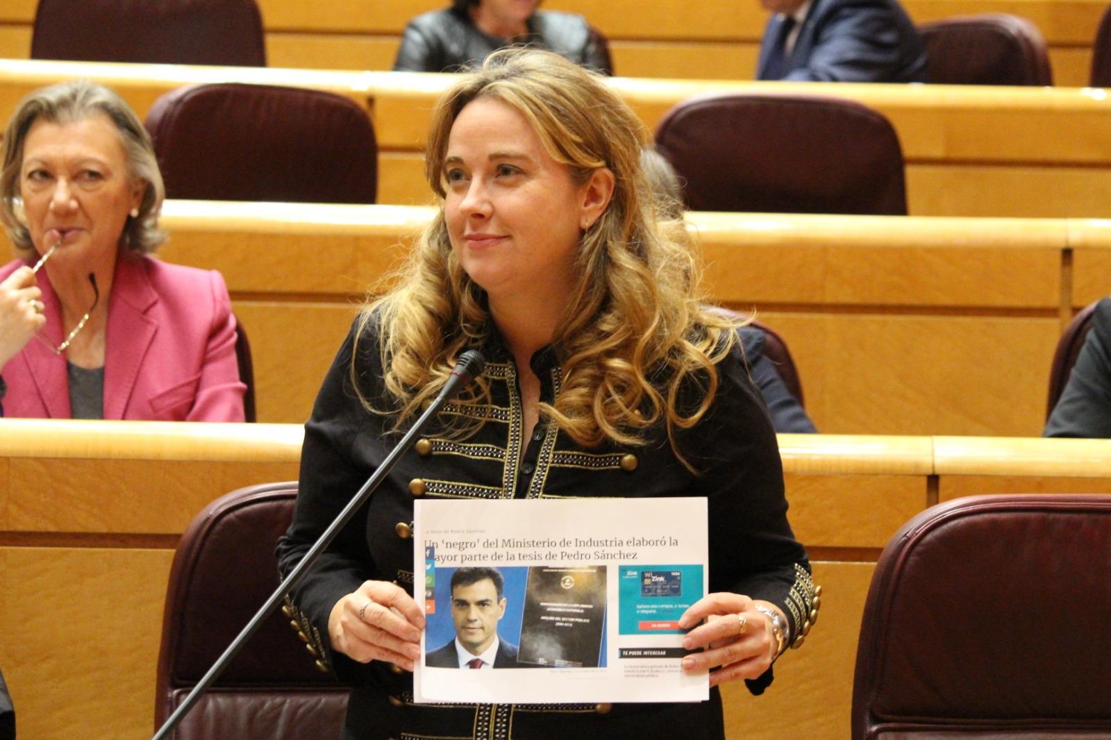 Cristina Ayala, portavoz adjunta del PP en el Senado, con una noticia de OKDIARIO sobre la tesis de Sánchez.