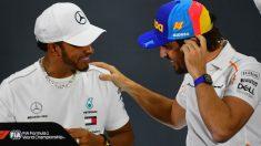 Lewis Hamilton y Fernando Alonso en la previa del GP de Abu Dhabi. (AFP)