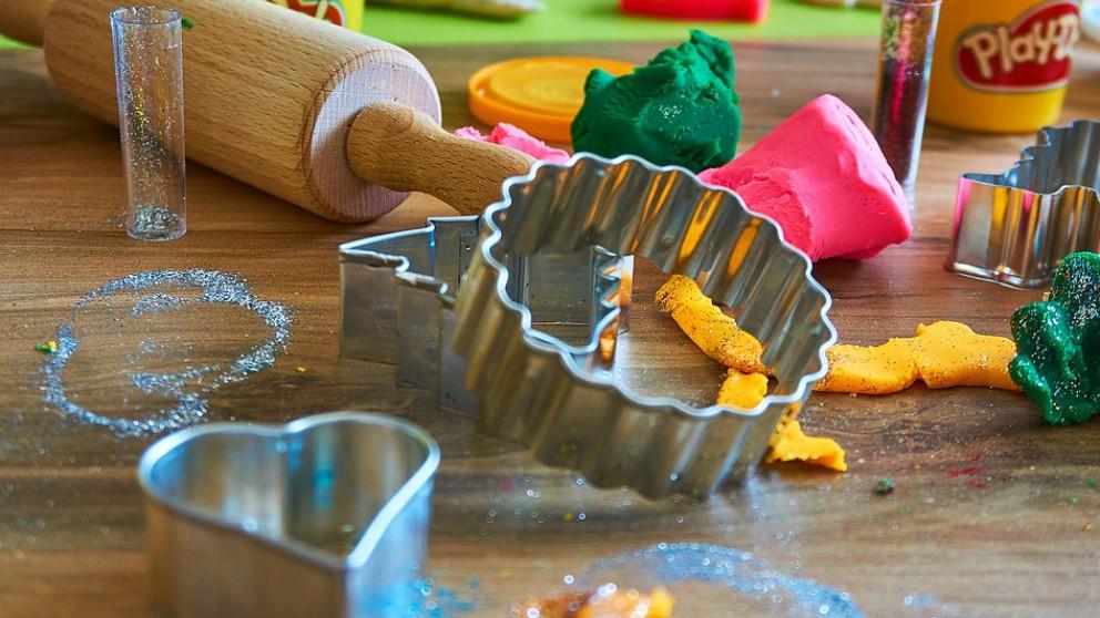niños jueguen con plastilina